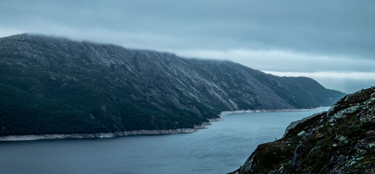 A wonderfull view over the norwegian landscape with lake and hills